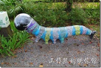 南投紙教堂園區內有許多毛毛蟲的裝置藝術品,因為這裡是許多種蝴蝶的棲息地。