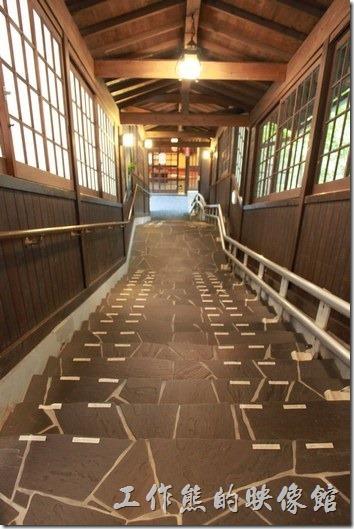 日本北九州-由布院-彩岳館。也因為這「彩岳館」建築在溫泉山區,所以連房子也是上上下下的,需要經常爬樓梯,不過飯店也有為行動不便人士準備升降梯座椅,會沿著樓梯的欄杆運行前往溫泉泡湯區。