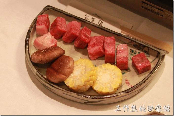 日本北九州-由布院-彩岳館。和牛肉、香菇、玉米,忘了詢問如果不吃牛肉的是否可以換成豬肉。因為老婆不能吃牛,所以全塞進了我的肚子。