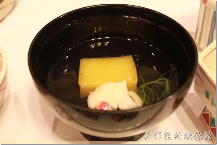 日本北九州-由布院-彩岳館。4.椀─清湯,有柚子糕及鱧魚片。