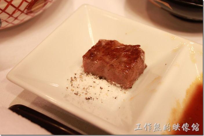 日本北九州-由布院-彩岳館。和牛肉其實不需要煎得太老,和著海鹽一起食用可以提昇其鮮甜度。