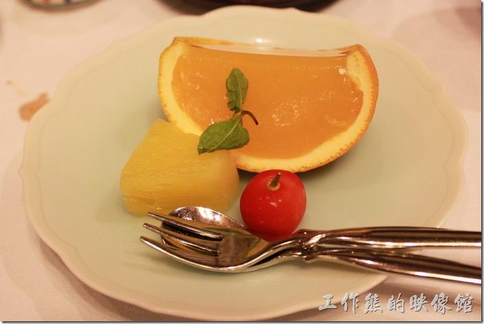 日本北九州-由布院-彩岳館晚餐。12.甜點─柳橙果凍以及番茄和鳳梨,漂亮又美味。