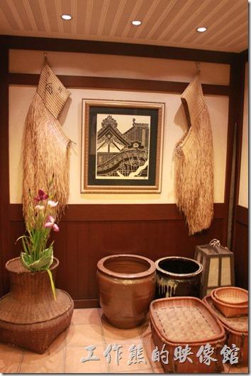 日本北九州-由布院-彩岳館。這家飯店的主人真的很喜歡收集一些古董,溫泉區有很多的商店招牌,這禮則是很多的農家器具。