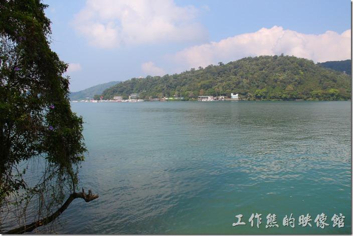 雲品飯店旁的日月潭步道及湖景。