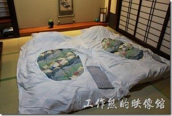 日本北九州-由布院-彩岳館。飯店人員會事先告知,在您的用餐期間她們會進來把茶几放到一旁,並且把鋪好床。