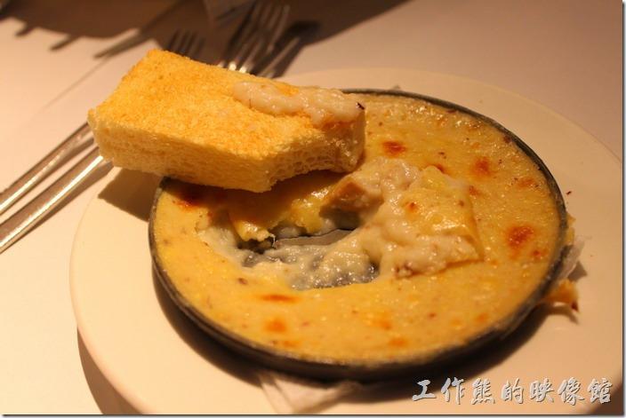 台南-西堤(Tasty)民族店。前菜-焗烤蘑菇+方塊麵包。方塊麵包其實就是厚片土司有點淡淡地蒜味,塗上焗烤蘑菇一起食用有點土司沾濃湯的感覺。