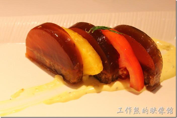 台南-西堤(Tasty)民族店。沙拉-晶鑽牛肉凍。照片還蠻好看的,可是吃起來沒什麼特別的感覺。