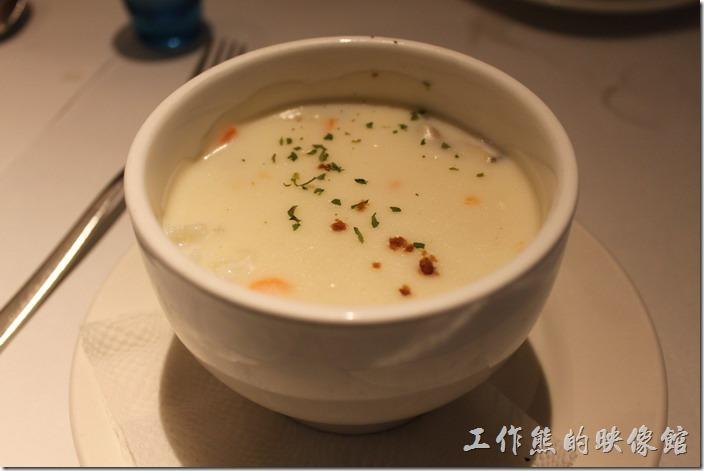 台南-西堤(Tasty)民族店。湯品-蛤蠣巧達濃湯。這濃湯腥味還還重的,不知道是否加了蛤蜊的關係,總之喝不習慣就是了。