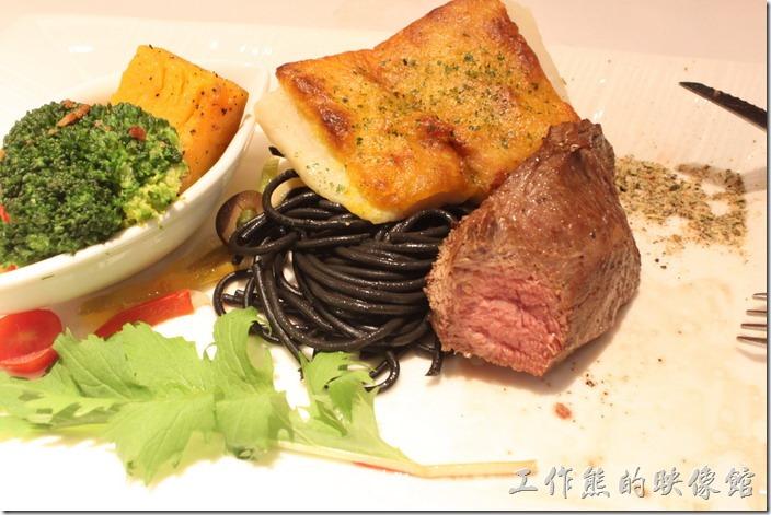 台南-西堤(Tasty)民族店。雙拼套餐的魚排下面還有墨魚麵,算是超划算的組合,牛肉沾點海鹽讓味蕾有更多樣的味道。