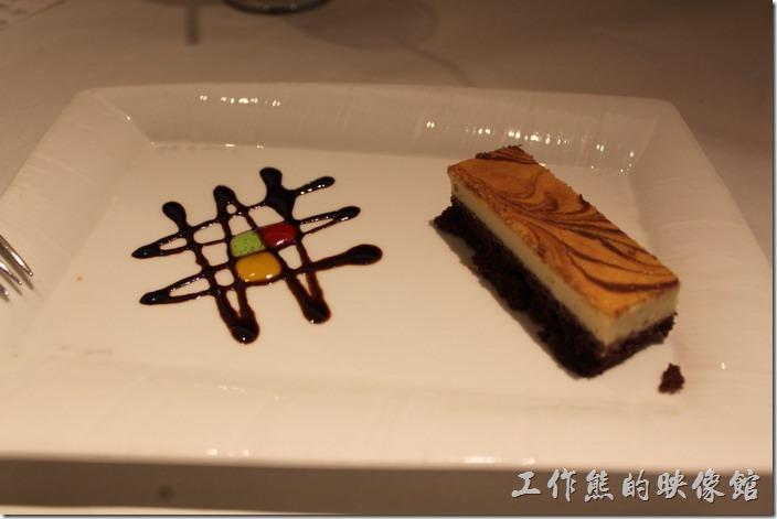 台南-西堤(Tasty)民族店。甜點-法式乳酪蛋糕。感覺乳酪有點鬆散,但拍照還蠻漂亮的。