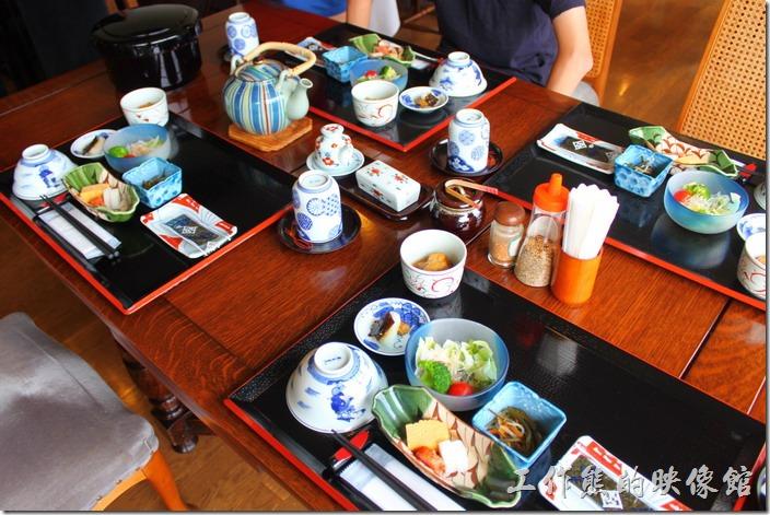 日本北九州-湯布院-彩岳館-早餐。早上起床後,依照約定的時間,我們出現在彩岳館的一樓餐廳,而飯店的服務人員也早已幫我們準備好飯菜,一見我們到來馬上就領我們坐在靠窗的位置,可以一面享用豐盛的早餐並且欣賞窗外的山巒好風景。