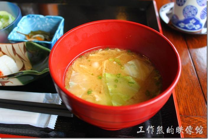 日本北九州-湯布院-彩岳館-早餐。接著就開始出菜了,首先上來的是熱騰騰的豆皮蔬菜【味噌湯】,很有日本風格─鹹,但是好喝極了。