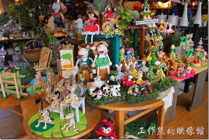 好多玩偶的禮品店。
