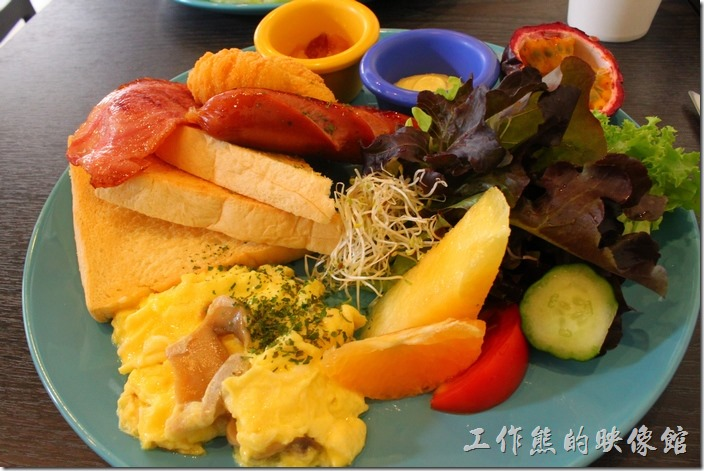 台南-初食手作廚房。初食美式活力早餐,NT170。有德國香腸、培根、炒蛋、牛奶土司、暑球、生菜沙拉等,還有首作蘋果醬。光用看得就很可口,生菜及水果吃起來都很新鮮,德國香腸已經幫你切開才煎煮,培根差了一點,薯球一開始還以為是雞塊,這個也好吃,炒蛋的功力也很到位,份量吃起來還算豐盛。