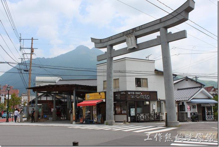 日本北九州-由布院街道。火車站往金鱗湖的路上可以見到這個使用水泥堆砌而成的大型「鳥居」,旁邊似乎是當地的活動中心,這裏也有許多的人力車聚集在這裏。