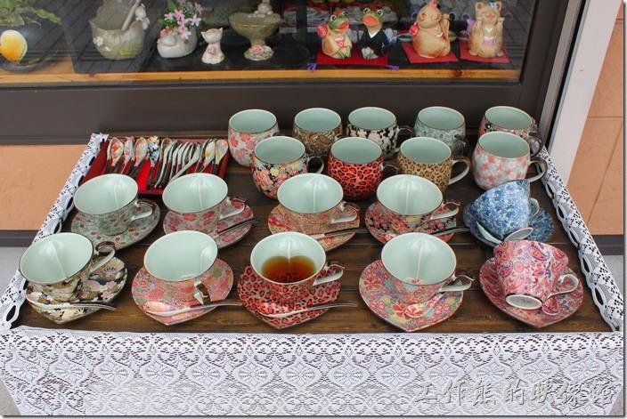日本北九州-由布院街道。陶瓷藝品也是【湯布院】商店街的特色之一,這裏有非常多種不同造型及彩繪圖案的瓷器。