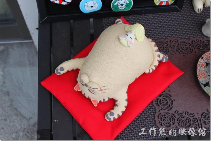 日本北九州-由布院街道。就連這隻熱到快中暑的加菲貓也是陶瓷作品,肚子上還有一隻老鼠,真是可愛。