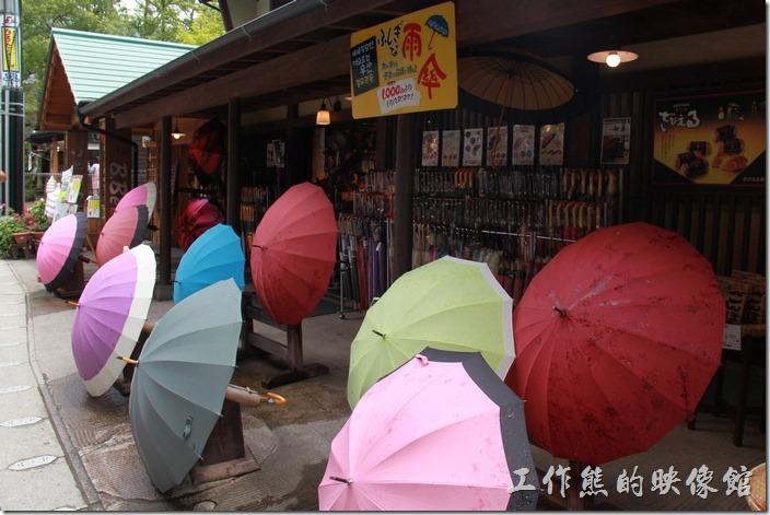 日本北九州-由布院街道。雨傘似乎也是這裏的特色之一,有好多的店家賣雨傘,這雨傘有好多種漂亮的花色。