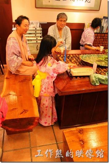 日本北九州-湯布院-彩岳館。用完飯看到有個小女孩穿浴衣,真是好看!還是生個女兒好啊!