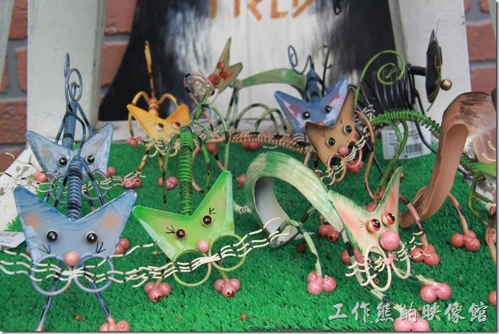 日本北九州-由布院街道。各式的彈簧貓咪藝術品。