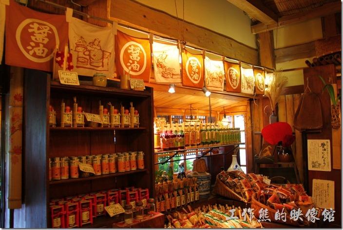 日本北九州-由布院街道。醬油屋內滿滿的都是醬油。