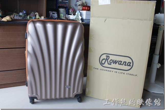 Rowana旅行箱。Rowana的金色貝殼系列旅行箱到貨。拿出來後只先看到一件28吋的旅行箱。
