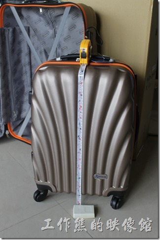 Rowana旅行箱。大小兩件旅行箱的高度分別為72cm(公分)及53cm(公分),20吋的行李箱應該可以隨身手提上飛機。