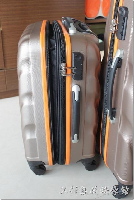 Rowana旅行箱。這兩件旅行箱還有一個優點,就是有『可伸縮加大容量設計』,在其中間拉鍊的地方有多一條拉鍊,可以加大旅行箱的容量,但是加大的地方就沒有硬殼保護,相對的就比較脆弱。
