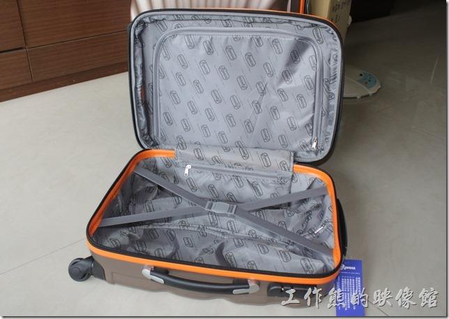 Rowana旅行箱。旅行箱內部有X行束帶,可以方便固定物品,另外也有隔層設計,可以方便整理物品。
