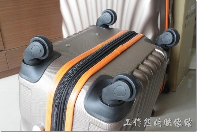 Rowana旅行箱的四個滾輪,看起來還滿耐用的,目前的設計是斜拉兩輪的時候也不會有摩擦到旅行箱外殼的問題。