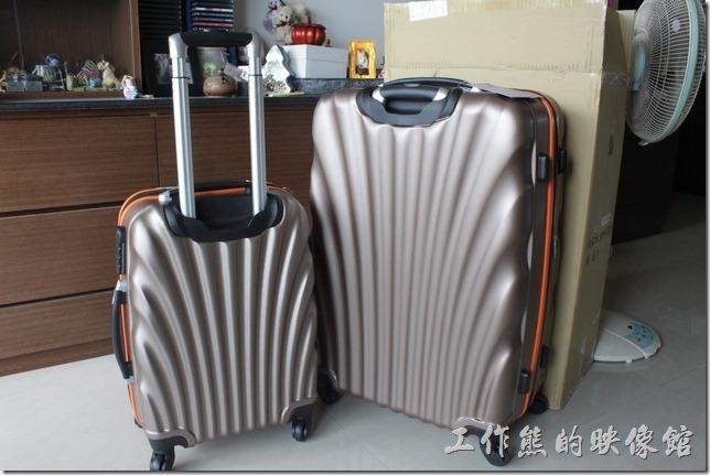 Rowana旅行箱。把28吋的旅行相打開後,裡頭還有另一件20吋的旅行箱。