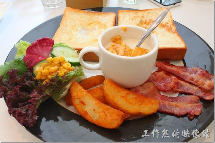 台南-看見咖啡(Vedere)早午餐。晨光早午餐,NT$230。除了法國土司之外,還有一小份的沙拉、三條培根、一份炸薯塊、原味優格灑了一些玉米片。