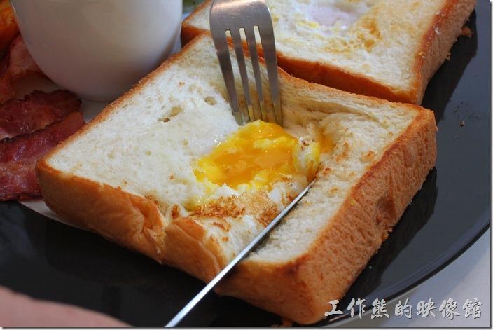 台南-看見咖啡(Vedere)早午餐。仔細一看,發現這晨光早午餐的法國的吐司上面有玄機,居然在中間挖了一個洞然後打了一顆蛋黃在裡面下去烘烤,吃的時候把土司切開,裏頭的蛋黃會流出來,沾著滑順的蛋黃雨麵包一起食用,有蛋香也有麵包香,如果有不敢吃未熟蛋的朋友可能要注意。