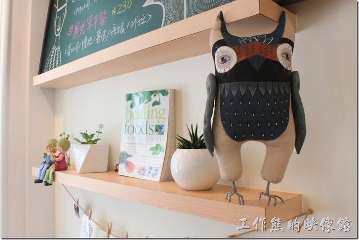 台南-看見咖啡(Vedere)早午餐。看見咖啡的餐廳內有兩隻貓頭鷹喔,蠻可愛的裝飾。