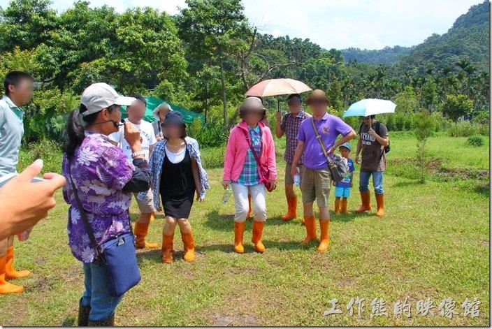南投日月潭-頭社這一群人正在導覽員的帶領下準備跳得高高的落地體驗土地的震動。