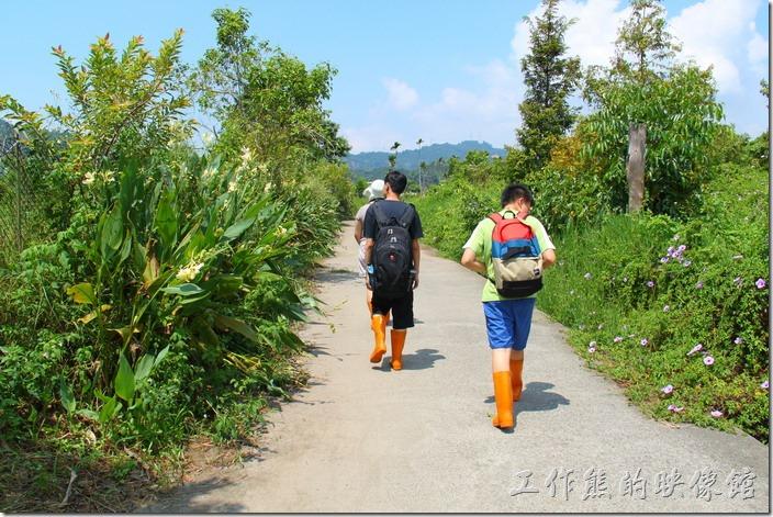 我們的活盆地體驗,有一解說員介紹說明,大家也都換穿著長筒雨鞋來體驗。