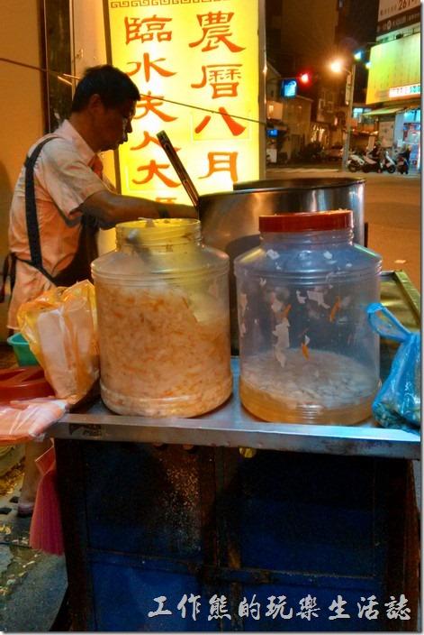 台南-無名臭豆腐。阿伯正在認真的炸臭豆腐。