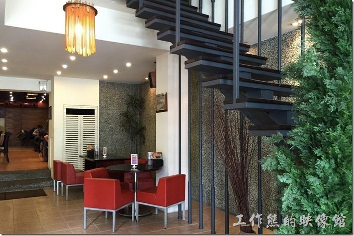 台南-《洁洁複合式餐廳》忠義店的店內的用餐環境。