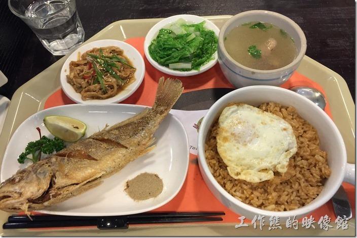 台南-洁洁複合式咖啡。乾煎鮮魚,NT170。一樣有兩碟小菜、一碗例湯及一碗豬油拌飯。