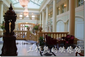 豪斯登堡「阿姆斯特丹飯店」大廳上的檯燈也博有造型,以人面獅身像的造型當檯燈還頗有架式。
