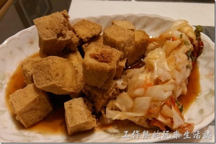 台南-無名臭豆腐。這臭豆腐和著泡菜吃會更對味。