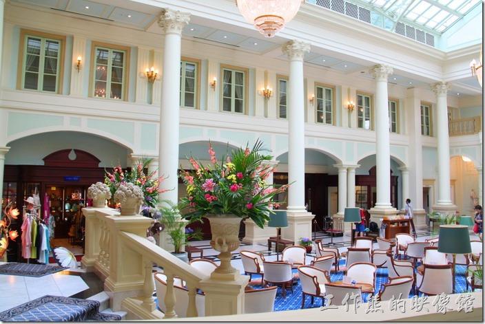 豪斯登堡的「阿姆斯特丹飯店」大廳中庭有咖啡座椅可以休息,也可以喝喝下午茶。