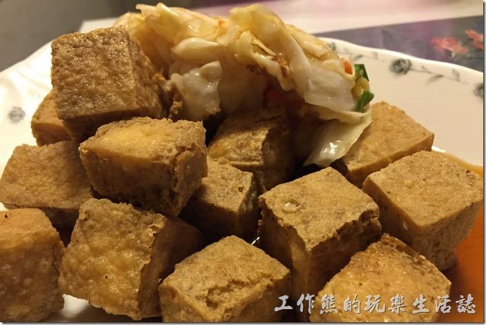 台南-無名臭豆腐。臭豆腐買回家後準備大快朵頤了,酥脆的外皮,讓人看了垂涎欲滴。