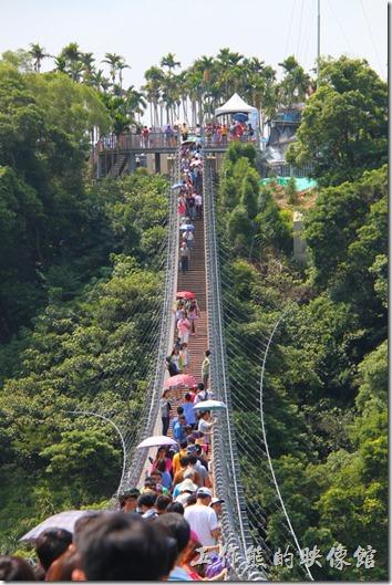南投-天空之橋。南投的天空之橋感覺上與台北內湖的白石湖吊橋似乎有點類似,只是少了一些翻騰的龍骨造型,有興趣的朋友可以參考看看。