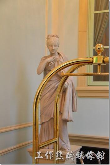 豪斯登堡的「阿姆斯特丹飯店」大廳入口處的左右兩側各有一尊大理石的希臘神話雕像。