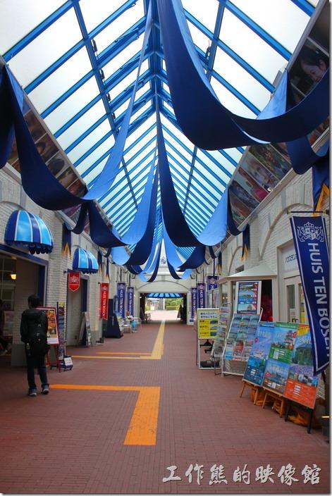 走進這個懸掛著藍色緞帶的建築物後,轉個彎就可以到達豪斯登堡的購票大門。