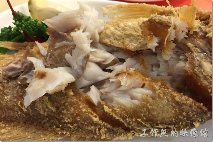 台南-洁洁複合式咖啡。這《乾煎鮮魚》真的煎得很好吃,下鍋的時候已經先在魚身上劃了幾刀,把魚肉切開,所以不但外皮煎得酥酥,連內裡也都煎到酥脆,魚肉也很香甜,我連魚頭都吃下肚了。