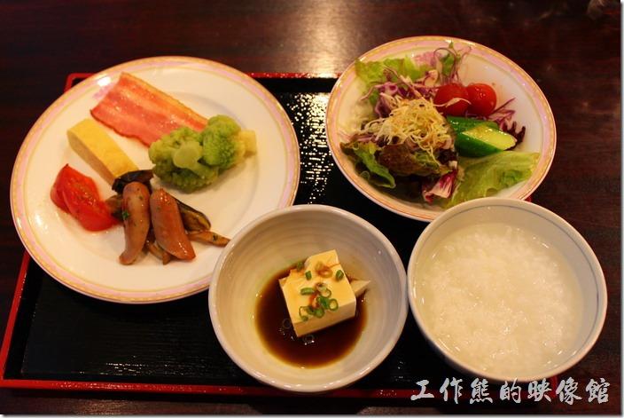 豪斯登堡「阿姆斯特丹飯店」的自住式早餐,我發現日本飯店的早餐都會幫客人準備這種盤子,讓客人一次拿足想吃的食物。