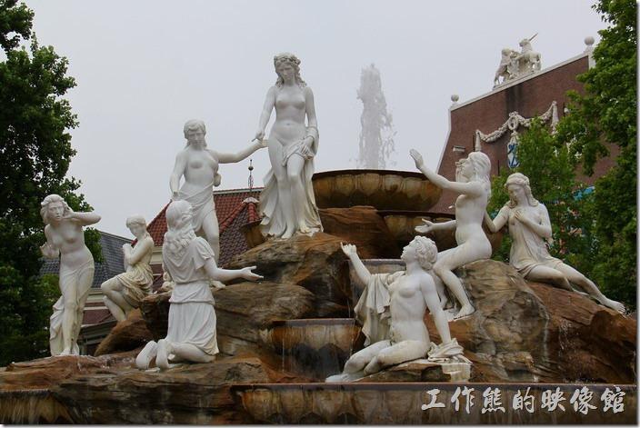 豪斯登堡的「娛樂設施城」以女神們群聚的噴水池為中心。