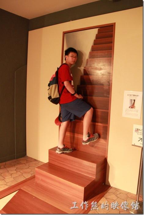 豪斯登堡-超級錯覺藝術。奇怪!這樓梯怎麼爬不上去?